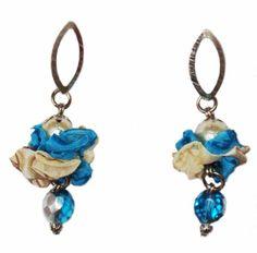Aros Bat txiki loreak turquesa y crudo. Cristales y perlas y una flor en voile y raso.