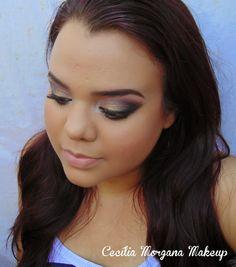 Maquiagem dourada, com esfumado rosa e preto.