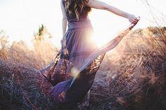 Quando o silêncio se fizer mais pesado ao redor de teus passos, aguça os ouvidos e escuta.  A voz do amor ressoará de novo na acústica de tua alma e as grandes palavras que os séculos não apagaram voltarão mais nítidas ao círculo de tua esperança, para que tuas feridas se convertam em rosas e para que o teu cansaço se transubstancie em triunfo. São Francisco de Assis