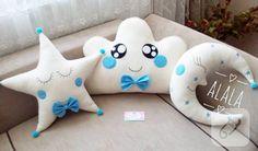 bulut, ay yıldız yastık modelleri polar kumaştan içi dolgulu yapıldı, nakış ve keçe ile süslendi. çocuk odası süslemelerinde ya da hastane çıkışı bebek takı yastığı olarak kullanılabilir....