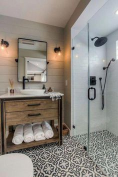 31 Awesome Small Farmhouse Bathroom Decor Ideas And Remodel Shower Remodel, Rustic Bathroom Designs, Modern Bathroom Design, Amazing Bathrooms, Small Farmhouse Bathroom, Modern Farmhouse Design, Bathroom Design, Bathroom Renovation, Small Bathroom Remodel