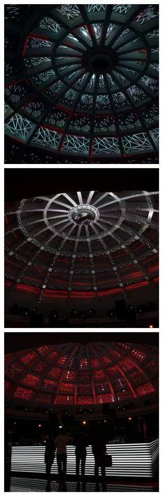 Стеклянный купол около 12 метров в диаметре – главное украшение древнейшего немецкого центрального Постбанка, был превращен в сложный пространственный, интерактивный проекционный экран, реагирующий на окружающие звуки. #светодиоды #подсветка #освещение #светодизайн #экран #проекция #интерактивнаяпроекция #световаяанимация #световоешоу #свет #световаяинсталляция #дизайн