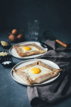 Rezept für klassische Galettes, wie man sie aus der Bretagne kennt. Galette Complète ist ein bretonischer Buchweizenpfannkuchen, der mit Kochschinken, geriebenem Emmentaler und einem Spiegelei serviert wird | moeyskitchen.com #galette #galettes #buchweizenpfannkuchen #rezepte #galettecomplete #französischeküche #foodblogger #bretagne #crepe Perfect Deviled Eggs, Deviled Eggs Recipe, Buckwheat Pancakes, Pancakes And Waffles, Superfood, Egg Recipes, Dessert Recipes, Boiled Ham, Pizza Burgers