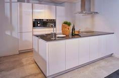 Moderne keuken met kastenwand Kitchen Interior, Kitchen Island, Architecture, Modern, Home Decor, Benches, Islands, Cooking, Lush