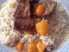 Μοσχαρακι λεμονατο με ρυζι. Μια νόστιμή πρόταση για τα παιδια! Υλικα 2 κουπες ρυζι βρασμενο για πιλαφι 1 κιλο μοσχαρι σε μπουκιτσες 2 σκελιδες σκορδο τριμμενες 1 κρεμμυδι τριμμενο 2 καροτα κυβακια 1 ποτηρακι κρασι(προαιρετικα 1 μεγάλο λεμόνι Αλατι πιπερι ριγανη Εκτέλεση Σε κατσαρολα σωταρουμε με Greek Recipes, Carne, Grains, Recipies, Food And Drink, Rice, Sweets, Beef, Daddy