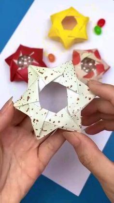 Instruções Origami, Origami And Kirigami, Origami Stars, Origami Flowers, Oragami, Origami Gift Box, Origami Videos, Dollar Origami, Origami Bookmark