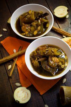 La calabaza en tacha es una receta mexicana tradicional del día de muertos, es un dulce de calabaza de castilla acompañado con piloncillo y guayaba. Es un postre muy rico, con un sabor muy casero y muy fácil de preparar, perfecto para la temporada de otoño.