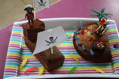 gâteau rigolo bateau pirate et île au trésor Birthday Cake, Birthday Parties, Pastel, Pirate Party, Biscuits, Food And Drink, Pudding, Cooking, Desserts