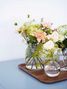 Samla ett blomsterstilleben på en bricka! Längst fram i vassamlingen, Ekollon från Svenskt Tenn.