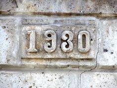 Cacería Tipográfica N° 277: Año de construcción 1930 en la esquina de una casona ubicada en el cruce de las calles Ancón y Tacna en Yanahuara, Arequipa.