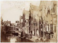 Nieuwezijds Achterburgwal Sinds 1866 is dit de Spuistraat, nummer 1-13. Gezien naar het Hekelveld. Links de klapbrug over het Kattengat. Op de achtergrond de klapbrug voor het Klimopstraatje. Documenttypefoto VervaardigerBenjamin Brecknell Turner (fotograaf) CollectieCollectie Stadsarchief Amsterdam: foto-afdrukken Datering 17 mei 1857 t/m 3 juni 1857