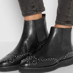 des bottines élastiques noires, la tendance chaussure cloutée