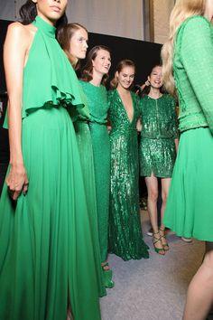 O verde não apareceu apenas nos desfile, estava presente nas primeiras filas, nos looks de street style e nas festas. Tem como não gostar da cor?! Eu amo!!!