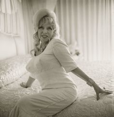 Diane Arbus, Mae West on bed, 1965 Diane Arbus, Mae West, Vintage Hollywood, Classic Hollywood, Yin Yang, 30th Birthday Ideas For Women, National Gallery, Portraits, Birthday Woman