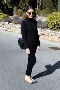 Petit Bateau turtleneck, Claudie Pierlot trousers, Chanel flats and bag Looks Chic, Casual Looks, 60 Fashion, Fashion Outfits, College Fashion, Fashion Flats, Curvy Fashion, Fall Fashion, Fashion Trends