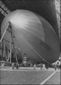 """LZ 127 """"Graf Zeppelin"""" in der Halle von Friedrichshafen, während einer Besichtigung 1928. Länge 236 m, Breite 30,5 m."""