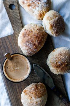 Sprøde, saftige surdejsboller med sej krumme er ren forkælelse og nemt at bage selv. Bag selv lækre surdejsboller ligesom Meyers. Find opskrift her.