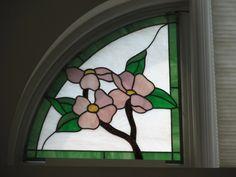 Foto: Stained glass Dogwood window.