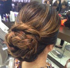 Meninas separei um monte de penteados lindos para vocês se inspirar!  Tem desde o tradicional coque até os semi presos. As fotos são do Ins...