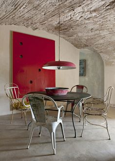 outdoor furniture indoors .... love this room want want want those chairs!!!