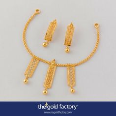 A central panel with wires in a flat plait and two smaller panels on each side with wire trellises, all hung with single polished spheres, make this stylish necklace very noticeable. With matched long balis, all in hallmarked 22K gold. Note the triple-ball bindi atop each ; a small detail but very important because it substantiates the design without taking anything away from it and does it at minimum cost.  Necklace weight 6.5 gm, price Rs,22,000/- Earring weight 2.7 gm, price Rs. 9600/-