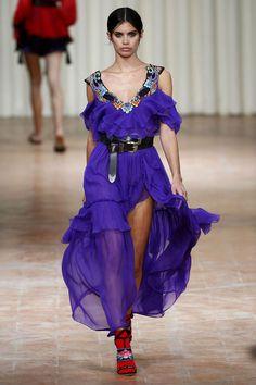 A imagem de mulher mais romântica, quase uma fada, da Alberta Ferretti não tem vez nessa primavera-verão 2017 apresentada na Semana de Moda de Milão.