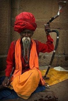 Heilige man, een saddhu, in Delhi. Kijk voor meer reisinspiratie op…