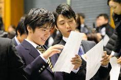 開会式の合間に言葉を交わす羽生結弦と宇野昌磨(左)=白井伸洋撮影 (2015年12月24日)
