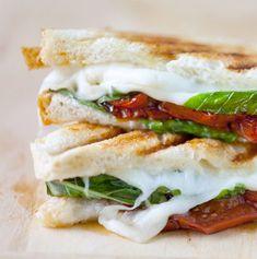 Recept: simpele sandwich met mozzarella en tomaat | Fashionlab