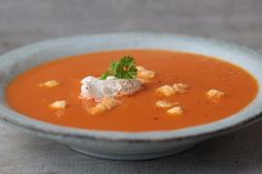 Tomatensoepsoep met cheesepops croutons! Atkins, Thai Red Curry, Low Carb, Min, Ethnic Recipes, Kitchen, Food, Roma Tomatoes, Cuisine