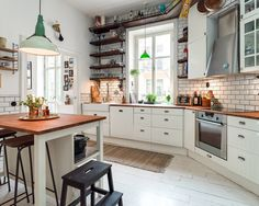 Remember this home? The previous owners had it photographed by Andrea Papini, which you can see here. Pictures from the real estate agency from last time are. Eat In Kitchen, Kitchen Tiles, Kitchen Decor, Home Living Room, Living Spaces, Dream Apartment, Apartment Ideas, Apartment Therapy, Gravity Home