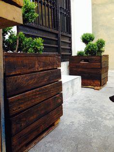 Maceta de madera hecha con pallets, acabado con tonalidad roble y barnizado transparente. Próximamente en venta...