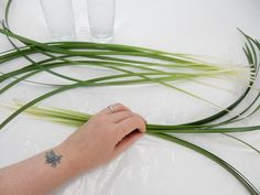 Place a few blades of grass in a horizontal position on a flat working surface Hat Tip, Orchid Leaves, Make Arrangements, Glass Design, Flower Designs, Diy Gifts, Grass, Surface, Flat