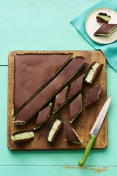 40 No-Bake Desserts That Are Easy to Make - Grasshopper Bars womansday No Bake Summer Desserts, Easy Desserts, Dessert Recipes, Easy Dessert Bars, Sweets Recipe, Donut Recipes, Cheesecake Recipes, Healthy Desserts, Dessert Ideas