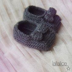 Crochet Shoes Diy Tutorials New Ideas Knit Baby Shoes, Crochet Shoes, Crochet Baby Booties, Baby Boots, Knit Crochet, Knitting Patterns Free, Knit Patterns, Free Knitting, Baby Knitting