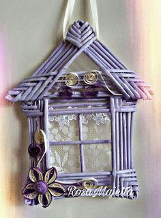 Casetta fatta con cannucce di giornale e fiori quilling. Colore lilla schiarito con bianco. RosaMaietta