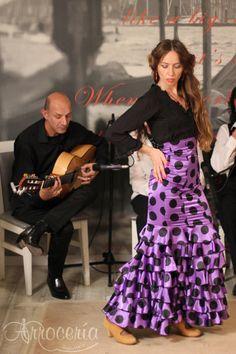 """Cena-espectáculo """"Maridando con Flamenco"""". Este fin de semana en la Arrocería Sobremesa, junto con la Cía. Flamenca """"Escuela Cuarto Corralillos"""", organizamos unas veladas flamencas en Pamplona únicas por su contenido. Maridando con Flamenco unió la gastro-enología junto con el arte flamenco, cante, baile y guitarra. Un paseo por la Comunidad andaluza, Cádiz, Córdoba, Málaga, Granada, tocando Extremadura, bien regado por sus vinos, elegidos especialmente para la cena. Pamplona, Granada, Formal, Style, Fashion, Guitar, Wine, Community, Dinner"""