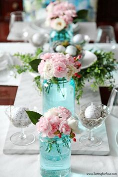 the easiest way to tint mason jars blue. such a clever diy tip! this is the quickest, easiest way (ever!) to tint mason jars blue no messy painting required! see my mason jar spring decor tips! Tinted Mason Jars, Blue Mason Jars, Decoration Evenementielle, Easy Table Decorations, Festa Party, Deco Floral, Wedding Table Settings, Easter Table Settings, Mason Jar Crafts