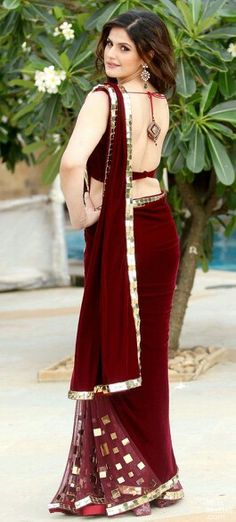Zarine Khan looks glamours in Designer net maroon saree with matching sleeveless and backless velvet blouse. Zarine Khan is looking beautiful in this saree. Chiffon Saree, Saree Dress, Kashta Saree, Lehenga, Indian Beauty Saree, Indian Sarees, Indian Dresses, Indian Outfits, Sari Bluse