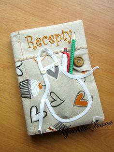 Obal + zápisník na recepty Srdiečka a zásterka Diary Cover Design, Diary Covers, Handmade Diary, Handmade Books, Quilting, Quilt Stitching, Scrap Fabric Projects, Fabric Scraps, Fabric Book Covers