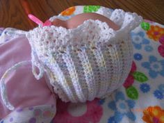 Preemie Hat Project: Ruffled Hat Pattern - I made one of these and it came out beautiful. Preemie Crochet, Crochet Bebe, Crochet Baby Hats, Crochet For Kids, Baby Knitting, Free Crochet, Easy Crochet, Crochet Doll Clothes, Crochet Dolls