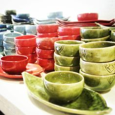 NEW diplay of our #leaf #plate and #angkor #tea #bowl in #alleywest very near #pubstreet #Siemreap #Cambodia Are you ready for #Shopping ? our website: www.khmerceramics.com Cambodian Art, Traditional Bowls, Pottery Classes, Siem Reap, Angkor, Ceramic Art, Watermelon, Lime, Ceramics