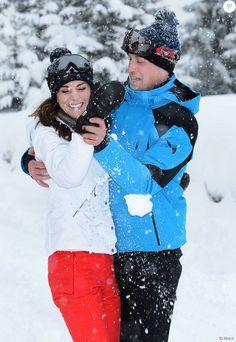Kate Middleton et le prince William, duc et duchesse de Cambridge, chahutent dans les Alpes françaises début mars 2016 lors des premières (courtes) vacances à la neige de leurs enfants George et Charlotte.
