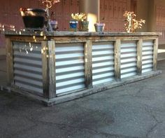 Pallet Furniture Rustic Wooden pallet bar - Wooden pallet bar plans can be use to make bar it may in the house or outdoor you can use wooden because it's good raw material for making of pallet bar. Rustic Bar, Diy Outdoor, Bar Furniture, Outside Bars, Backyard Bar, Wooden Pallet Furniture, Corrugated Metal, Wooden Pallet Bar, Outdoor Kitchen