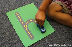 O site Gift Of Curiosity disponibiliza todo o alfabeto em forma de estrada para as crianças que gostam de brincar de carrinho e precisam se familiarizar co...