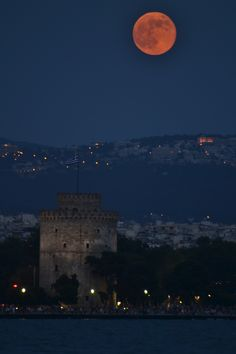 Thessaloniki by night Espanto, Greek Beauty, Dark Memes, Macedonia, Athens, Astronomy, Travel Inspiration, Greece, Beautiful Places