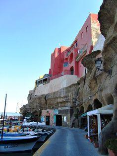 Appena sbarcati sull'isola, costeggiamo il porto romano... (Fotografia di Silvia Maltese)