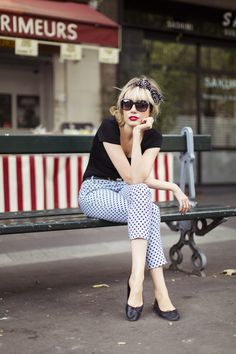 Love the capris with the black top and simple black ballet flats.