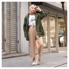 ✔ Fashion Winter Chic Minimalist scarf is the most essential portion i Modest Fashion Hijab, Modern Hijab Fashion, Street Hijab Fashion, Hijab Fashion Inspiration, Hijab Chic, Muslim Fashion, Outfits Otoño, Retro Outfits, Modest Outfits