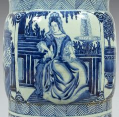 """Epoque KANGXI (1662 - 1722) Important vase de forme """"gu"""" en porcelaine décorée en bleu sous couverte de quatre réserves de jeunes femmes coiffées """"à la Fontanges"""" et vêtues de robes de grande qualité"""